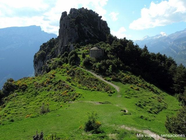 Peña de San Juan o Puntón de las Brujas, ermita de los santos Juan y Pablo, Tella, Pirineo Aragonés