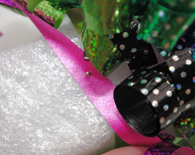 Make a birthday wreath with ribbon