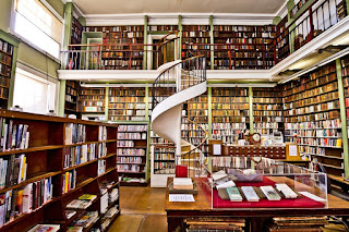 A picture of a library with a lot of books.