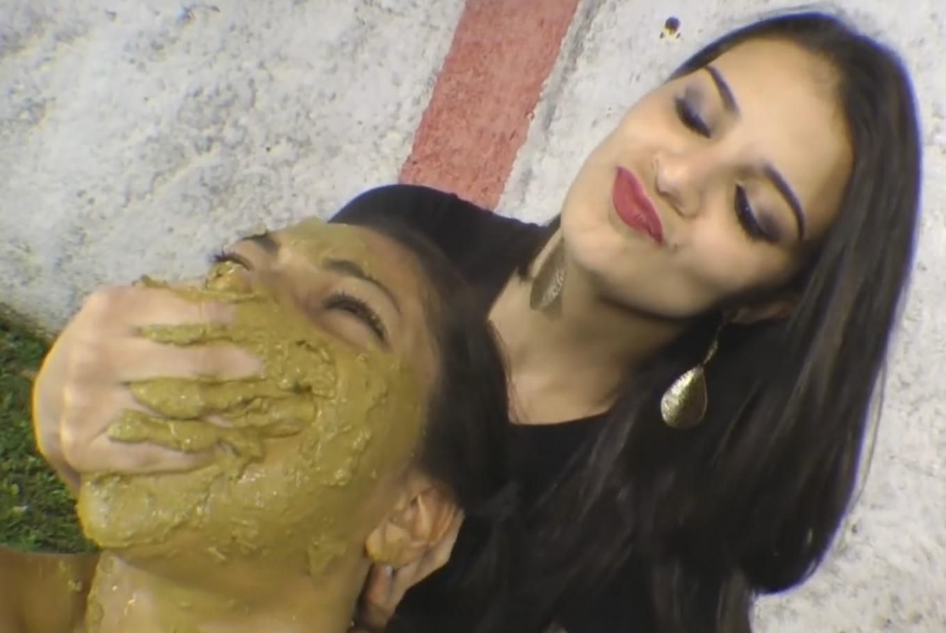 Garota brasileira tomando cagada na boca de outra