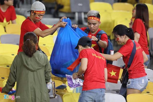 Cổ động viên Việt Nam dọn rác ảnh 4