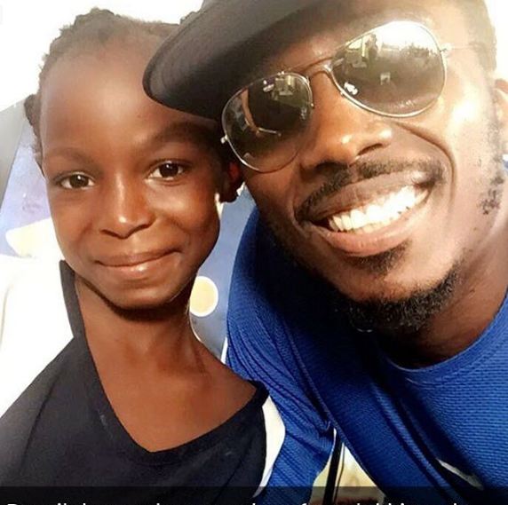 Bovi shares a picture he took with 7 year old Girl who won the 42km Lagos marathon championship
