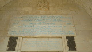 הכתובות בבית העלמין הצבאי הבריטי