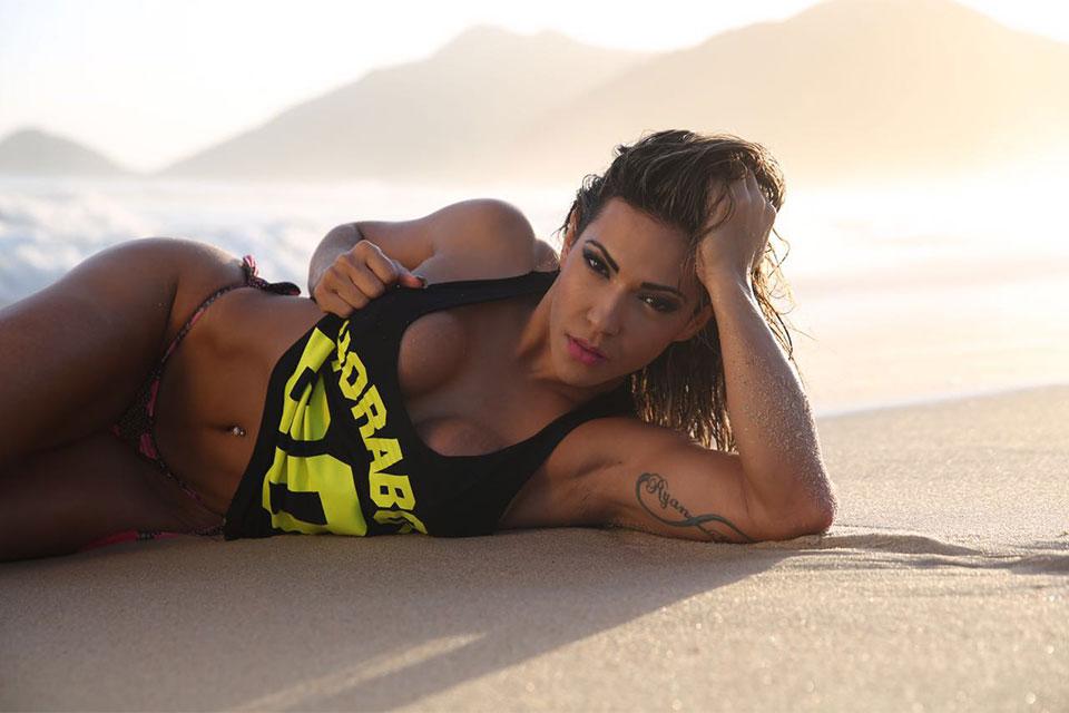 Verônica Araújo posa para ensaio sensual em praia do Rio. Foto: Davi Borges/Juliano Mendes Assessoria
