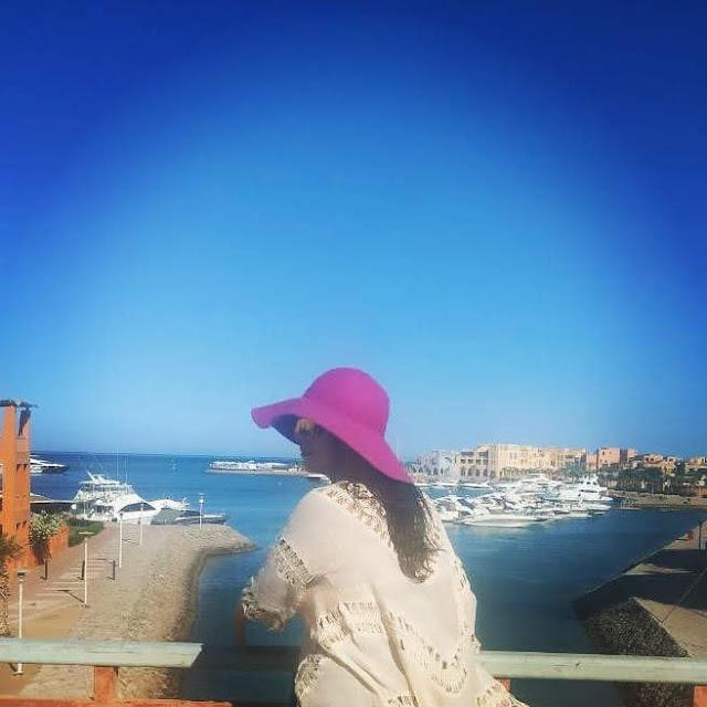 دنيا عبد العزيز بالمايوه في احدى القرى السياحية