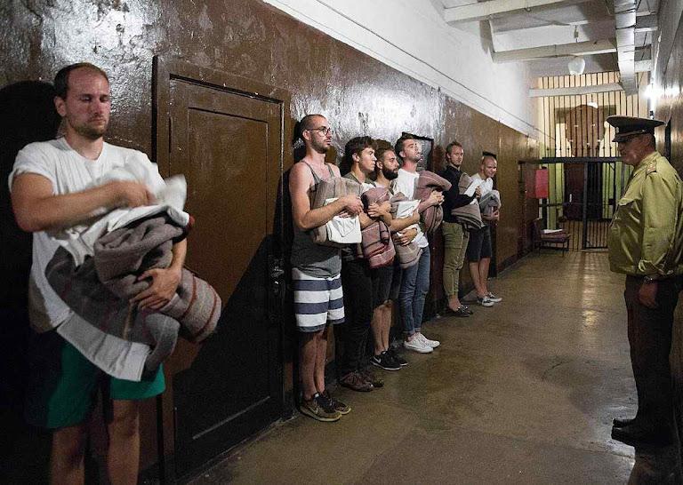 Revista de horror na ex-prisão soviética de Karosta.