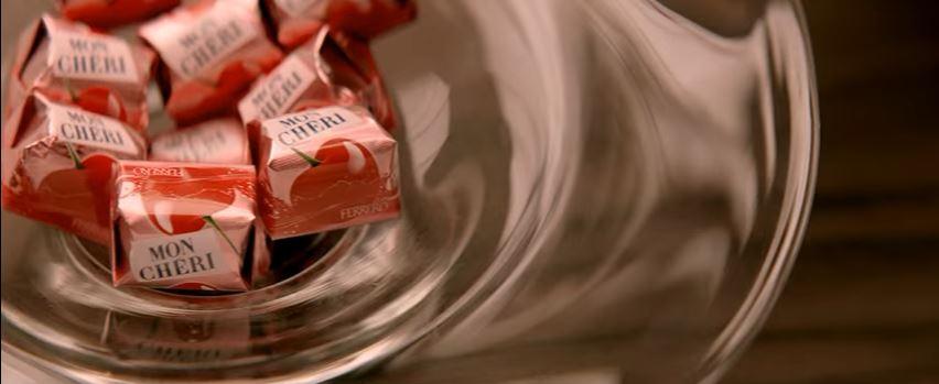 Modella Ferrero pubblicità Mon Chéri. Lasciati stupire con Foto - Testimonial Spot Pubblicitario Ferrero 2016