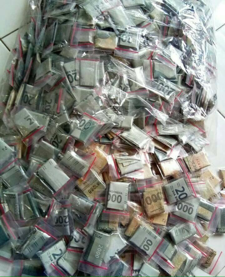 Tumpukan uang sebelum dimasukkan ke dalam snack Makaroni Kabilasa (facebook.com)