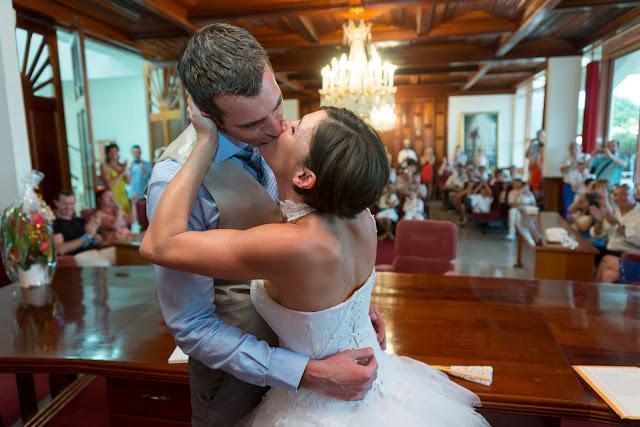 mairie de baie-mahault guadeloupe mariés s'embrassent