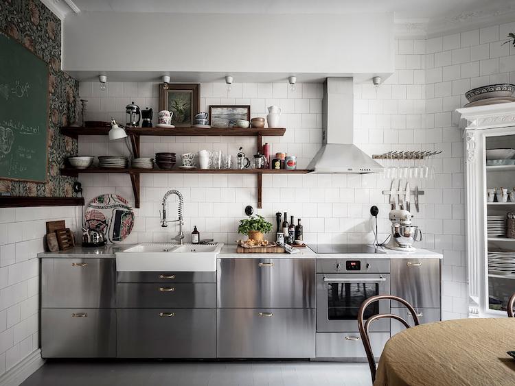 Cocina de acero inoxidable en un piso nórdico