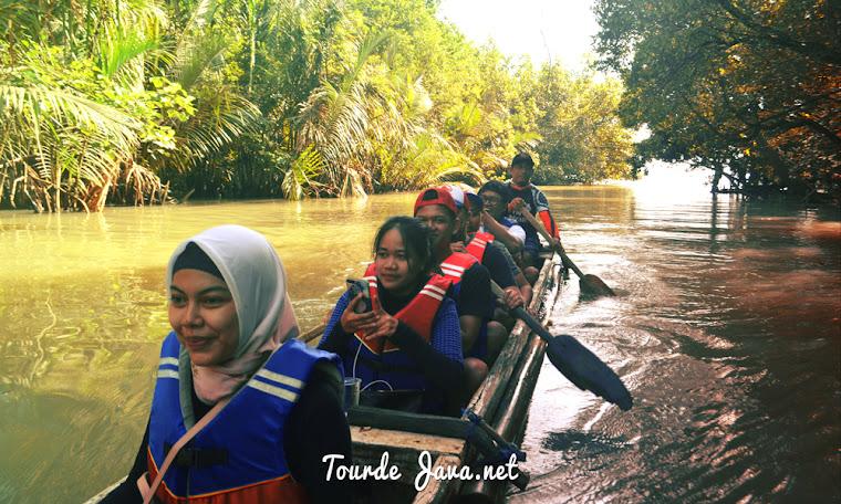 aktivitas wisata bersampan di sungai cigenter ujung kulon