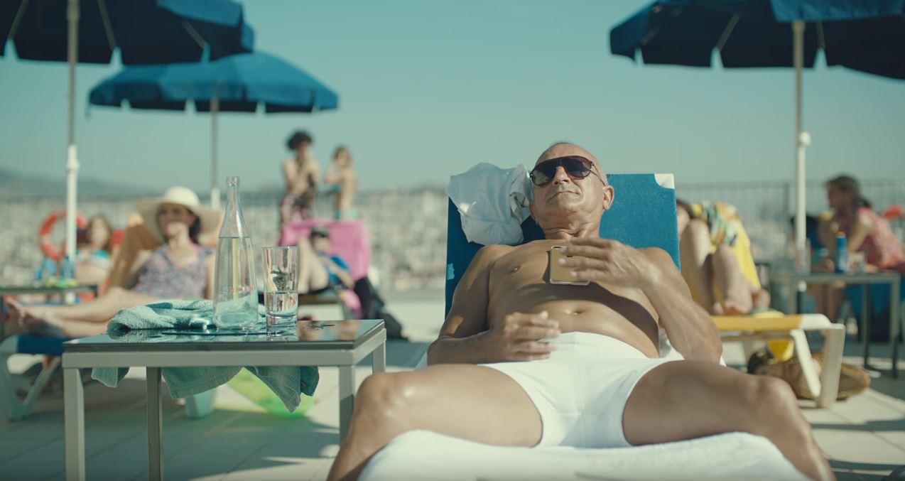 Canzone Apple pubblicità iPhone 7 con tuffo signore anziano in piscina - Altoparlante stereo
