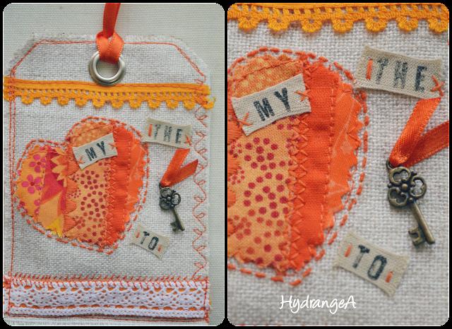 Bolsita para guardar el ambientador de armario, realizada en telas en tonos naranjas, con un corazón aplicado y un charm.