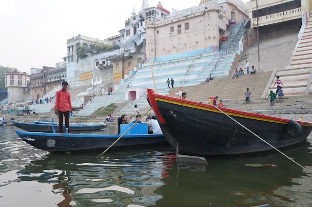 Sampan di Sungai Gangga yang siap disewakan