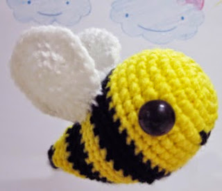http://translate.google.es/translate?hl=es&sl=en&tl=es&u=http%3A%2F%2Fsweetncutecreations.tumblr.com%2Fpost%2F23536772249%2Famigurumi-camille-the-bee-free-pattern