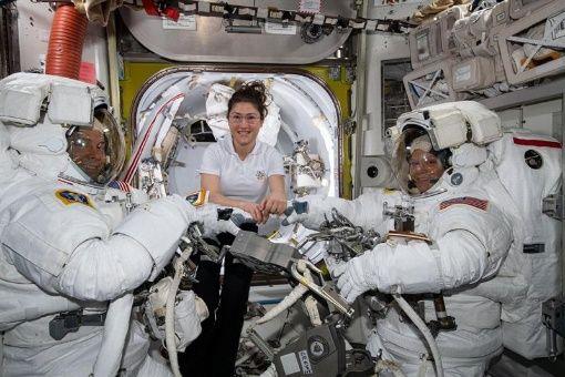 NASA es criticada por cancelar la primera caminata espacial de mujeres