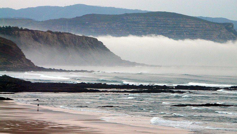 Amanecer nublado en la playa de Sopelana