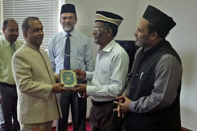 Sri Lanka: Ahmadiyya Jama'at gifts Quran Sinhala Translation to political leaders