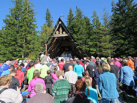 Przed kaplicą Matki Bożej Opiekunki Turystów na Okrąglicy.