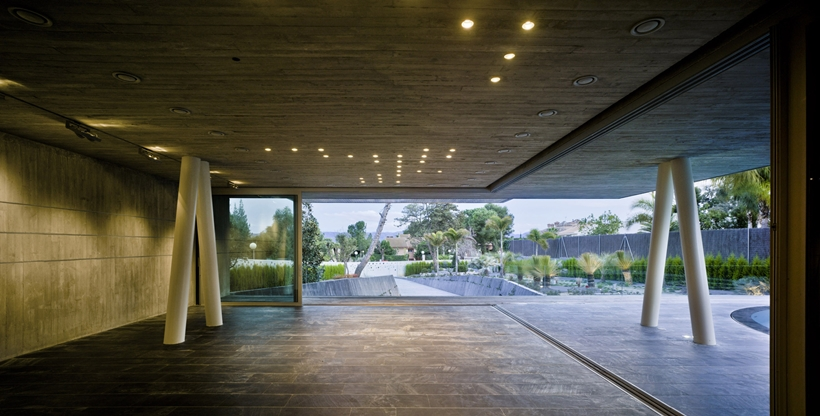 Covered terrace in Ultra Modern House by Clavel Arquitectos
