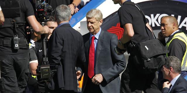 Jose Mourinho dan Arsene Wenger Saling Berjabat Tangan