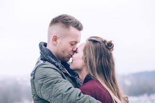 Ein verliebtes Paar, das sich küsst
