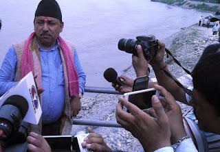 सिचाई मन्त्री गौतमद्धारा राजापुरमा कर्णाली नदी नियन्त्रण आयोजनाको स्थलगत निरीक्षण