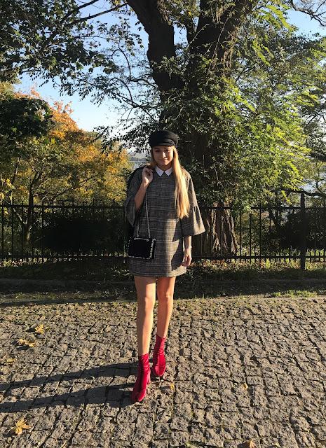 Kaszkiet i welur hity jesieni must have na jesień welurowe buty botki kozaki czerwone kaszkiet beret wełniany czarny kaszkiet skórzany welurowy zara outfit stylizacja jesienna modne berety kaszkiety