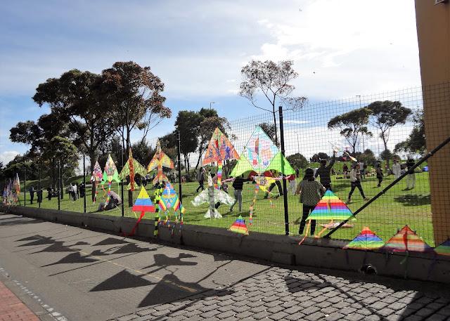 シモン・ボリバル公園近くの凧の路上販売