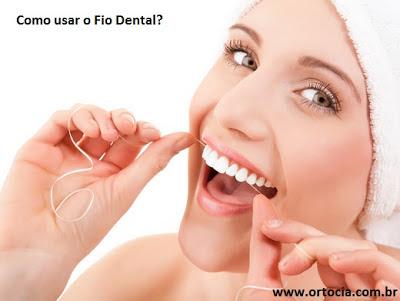 mulher passando fio dental