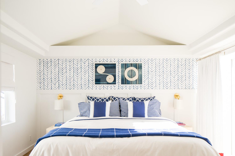 Biało-niebieska sypialnia