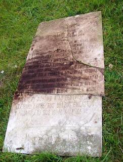 Fotografía de la lápida de la tumba de Dolores Villanueva en reconstrucción
