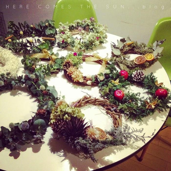 個性的な手作りのクリスマスリースがたくさん集合