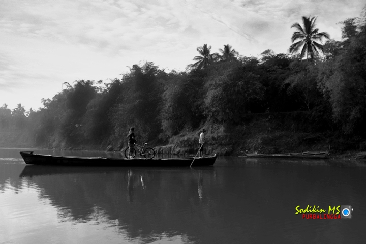 Foto Menyeberang Sungai - Kang Sodikin - Camera Canon