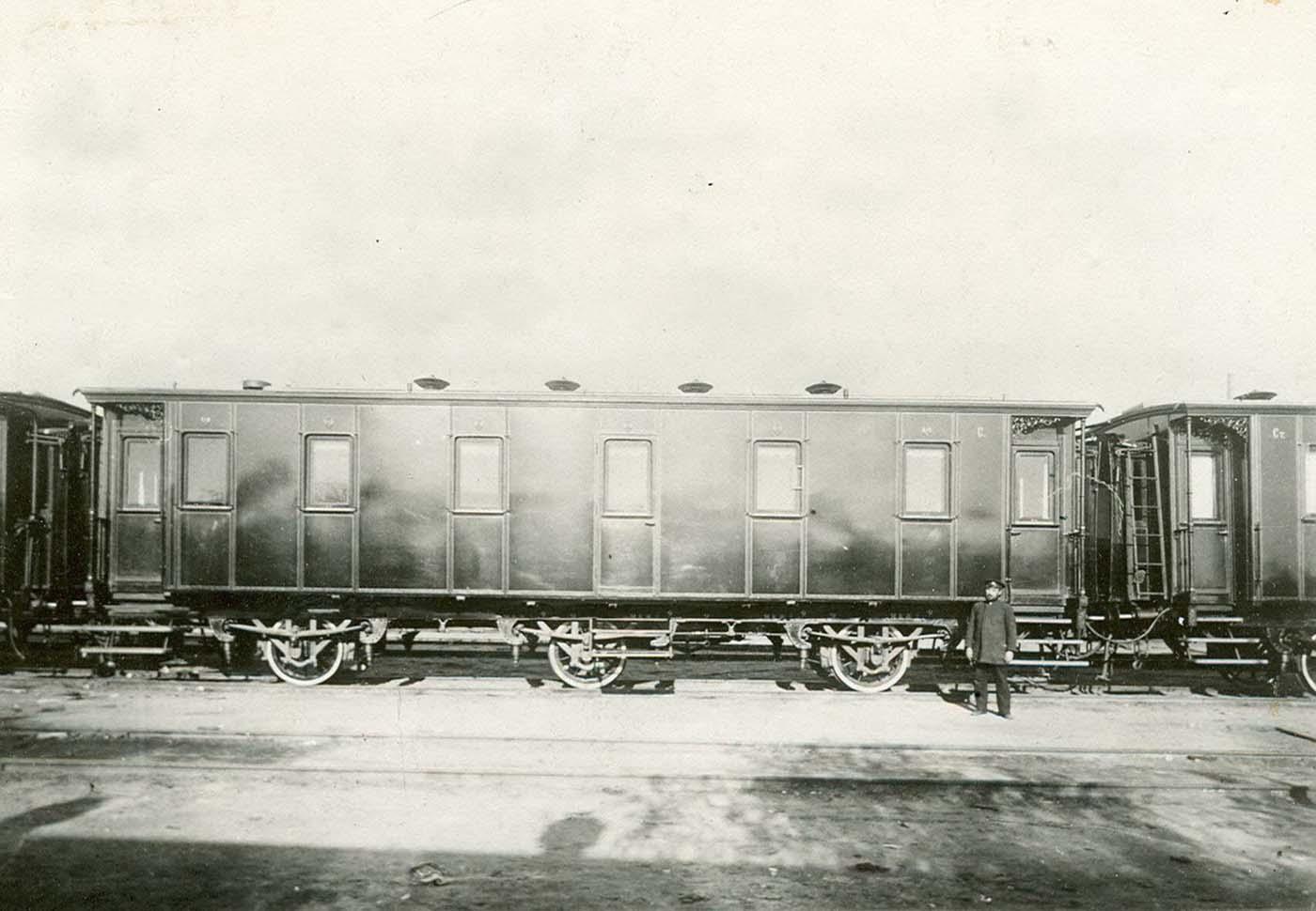 El tren se construyó entre 1894 y 1996 en los principales Talleres de automóviles de Nikolaevsky Railway Company.