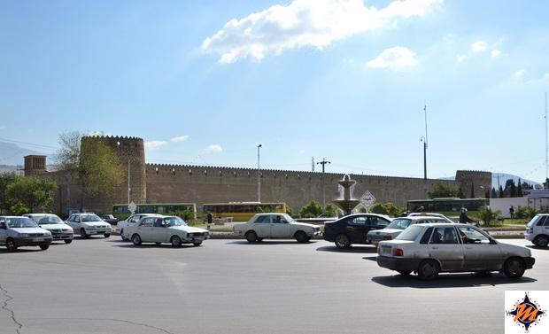 Shiraz, auto nei pressi dell'Arg-e Karim Khan