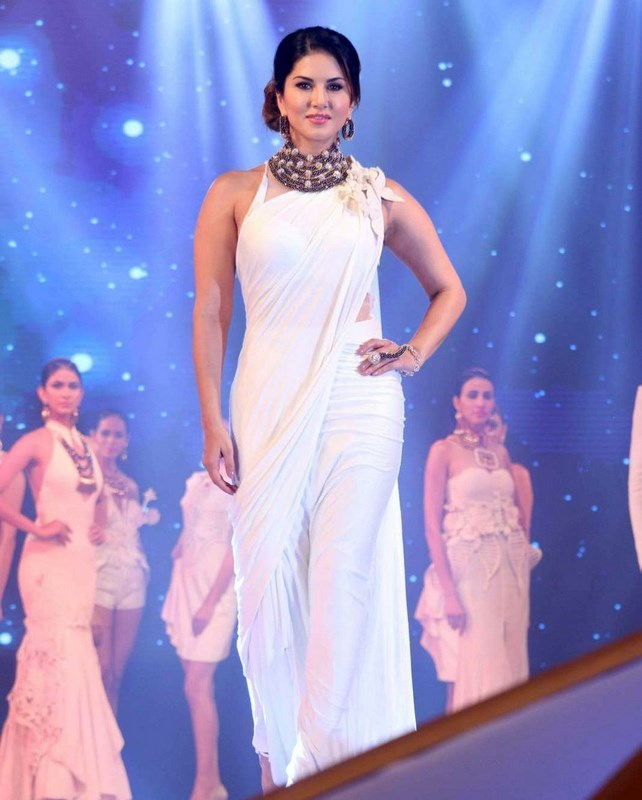 Bollywood Actress Sunny Leone Hot Hip Show Photos In Sleeveless White Saree