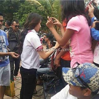 Foto Natasha Wilona dengan Fans di Lokasi Syuting