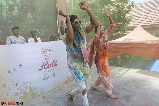 Alia Bhatt and Varun Dhawan Playing Holi at Zoom Holi Celetion 2017 (2).JPG