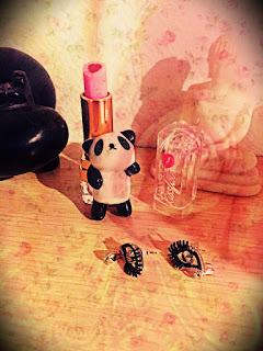 bijoux nail art boucles d'oreilles maquillage rouge à lèvres lipstick