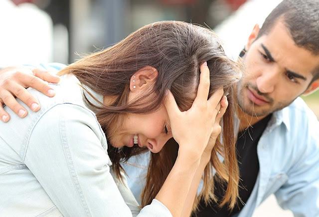 djalë duke inkurajuar vajzën e depresionuar