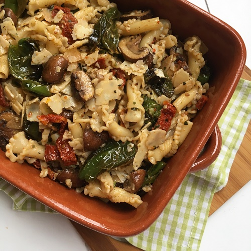 mediterraner Nudelsalat mit Bratpaprika, Champignons, getrockneten Tomaten und Parmesan