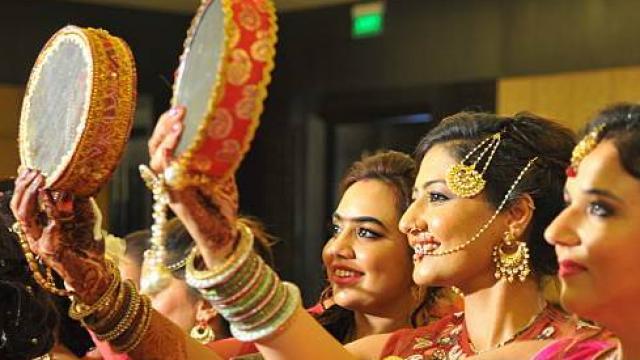 करवा चौथ 2017: जानें क्यों मनाया जाता है करवा चौथ, क्या है इसके पीछे की कहानी story know why karva chauth is celebrated and story behind it