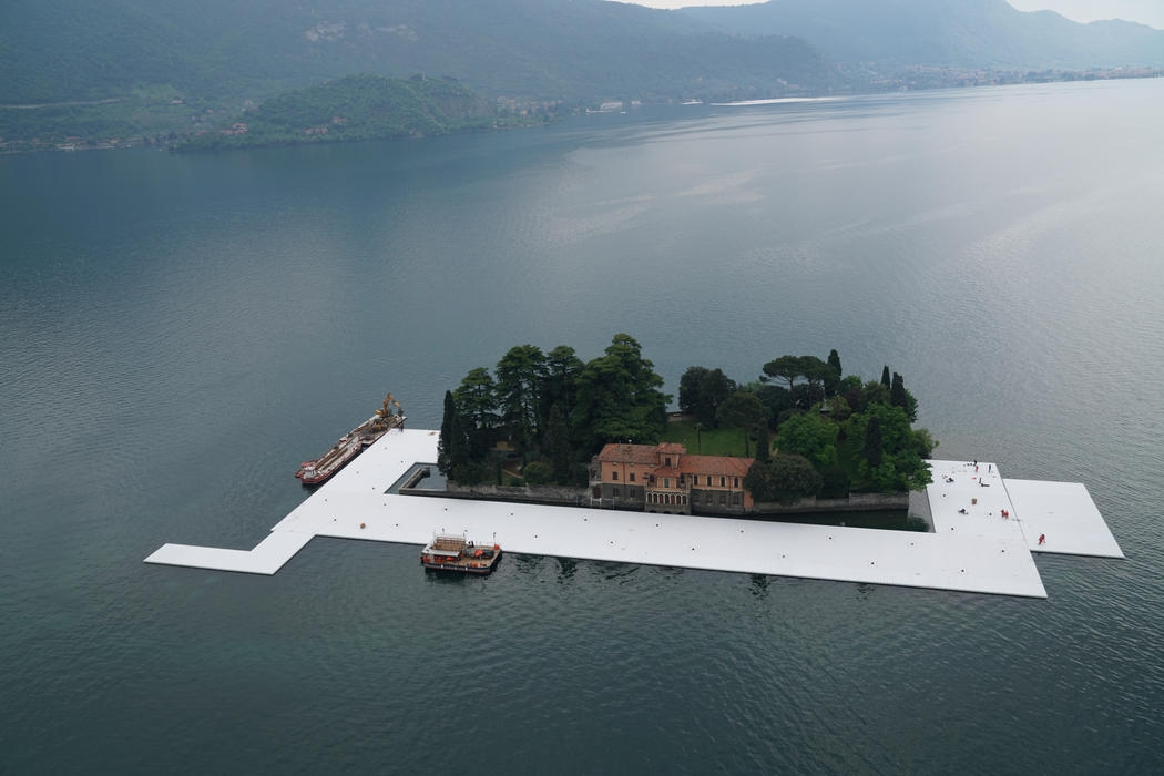 11-Christo-and-Jeanne-Claude-The-Floating-Piers-Walkways-on-Lake-Iseo-Italy-www-designstack-co