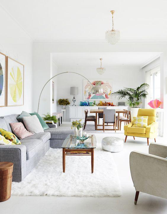 Decoração de sala de estar linda e colorida