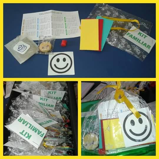 O kit é composto por um pedaço de massinha de modelar, um chocolate, três cartões (um amarelo um vermelho e um verde), um calendário, um chá e uma carinha feliz.