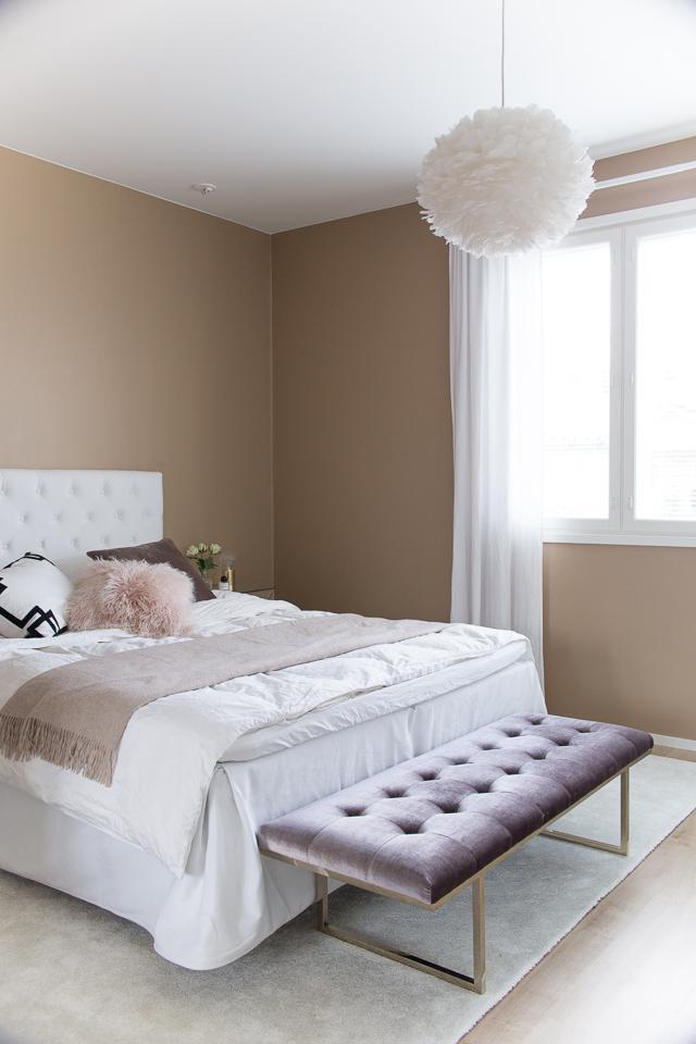 Villa H, makuuhuoneen sisustus, Ruth & Joanna, Fiona bench, eos vita valaisin, hattara matto, jotex sängynpääty