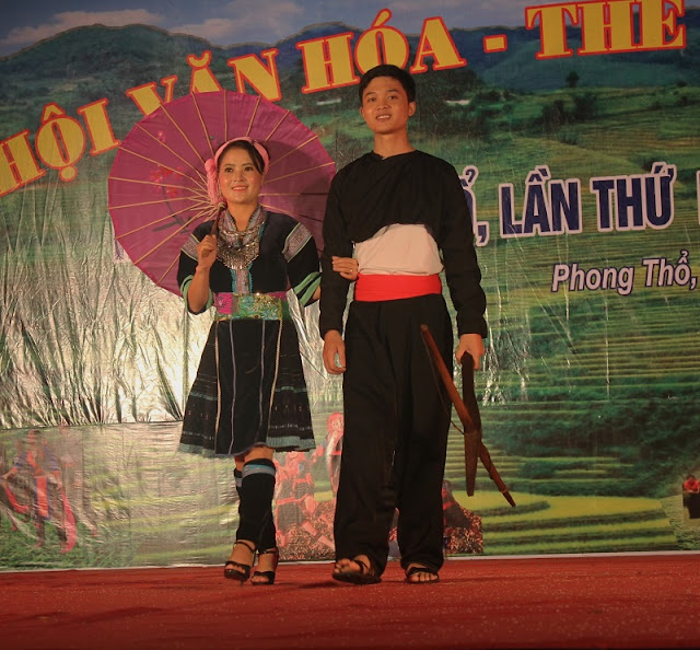 Vietnamese Ethnic Traditional Female Costumes 5