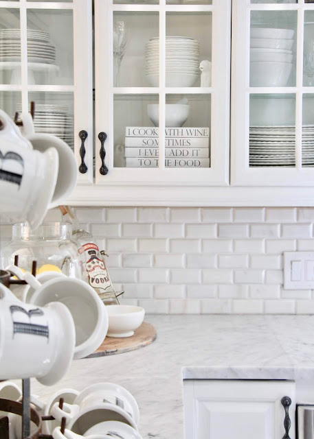 White kitchen. Cozy cottage style with black and white in a lake house byy Sweet Savannah. Modern farmhouse meets coastal cottage style! #cottagestyle #modernfarmhouse #interiordesign #rusticdecor #coastalcottage