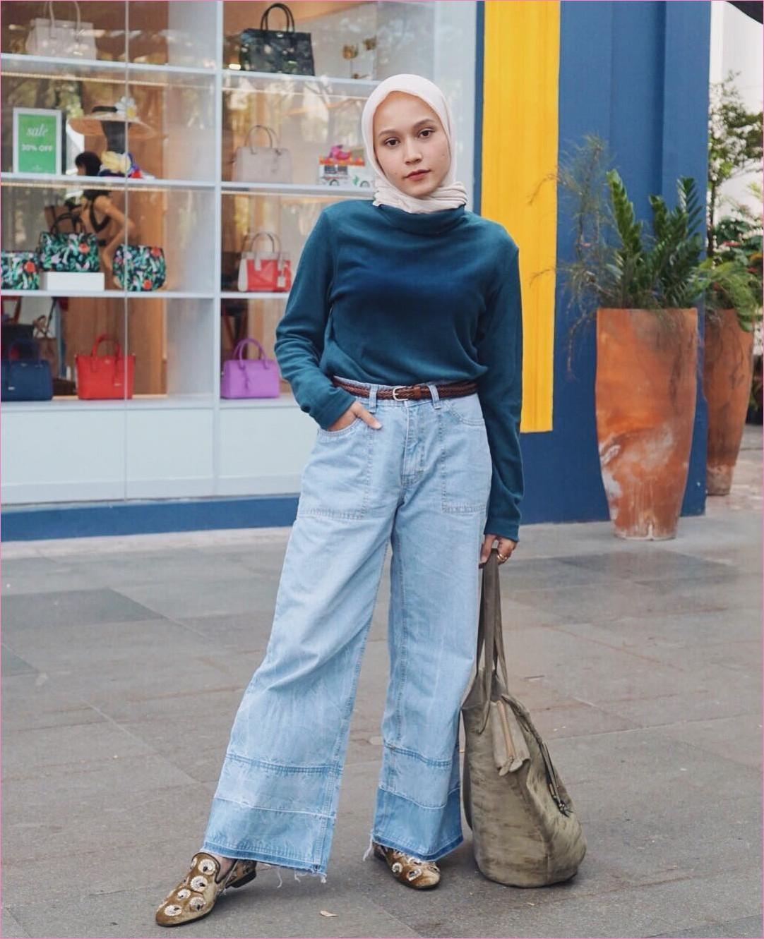Outfit Celana Jeans Untuk Hijabers Ala Selebgram 2018 mangset t-shirt biru tua bulu totebags hijau tua kerudung segiempat hijab square krem pants jeans denim lace ups loafers and slip ons coklat ikat pinggang ootd trendy